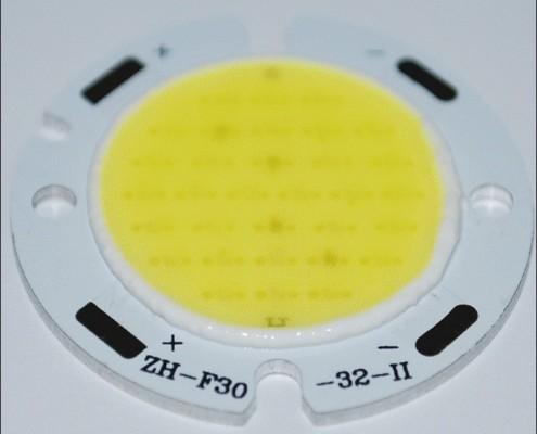 یک نمونه COB LED گرد. چیپ های LED به خوبی دیده می شوند