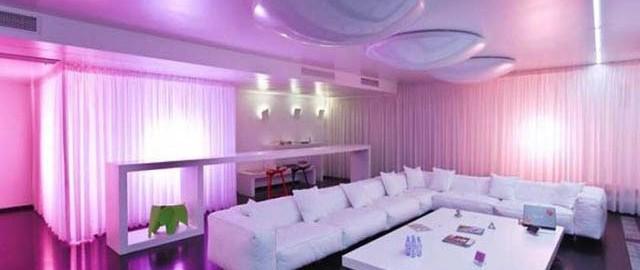 استفاده مناسب از پس زمینه نور بنفش در کنار روشنایی سفید رنگ محیط