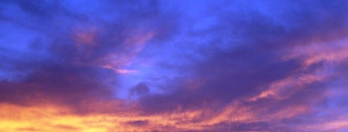 نمایی طبیعی از نورپردازی طبیعی در آسمان.ترکیب زیبای رنگ های آبی ، بنفش و زرد ایجاد حسی آرامش بخش و در عین حال انرژی زا می کند.