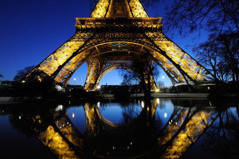 نمای پایین نورپردازی برج ایفل پاریس
