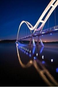 نورپردازی پل عابر پیاده بی کران (infinity bridge) با رنگ های سفید و آبی