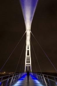 نورپردازی داخلی Infinity Bridge هنگام عبور مخاطب رنگ زیر دستگیره ها از آبی به سفید تغییر می کند