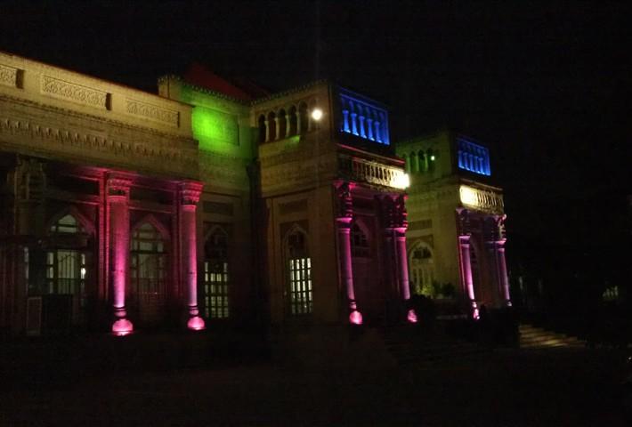 استفاده نامناسب از پروژکتورهای ال ای دی LED RGB در نورپردازی ساختمان تاریخی بیمارستان
