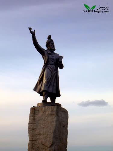 مجسمه حکیم ابوالقاسم فردوسی نصب شده در میدان فردوسی مشهد