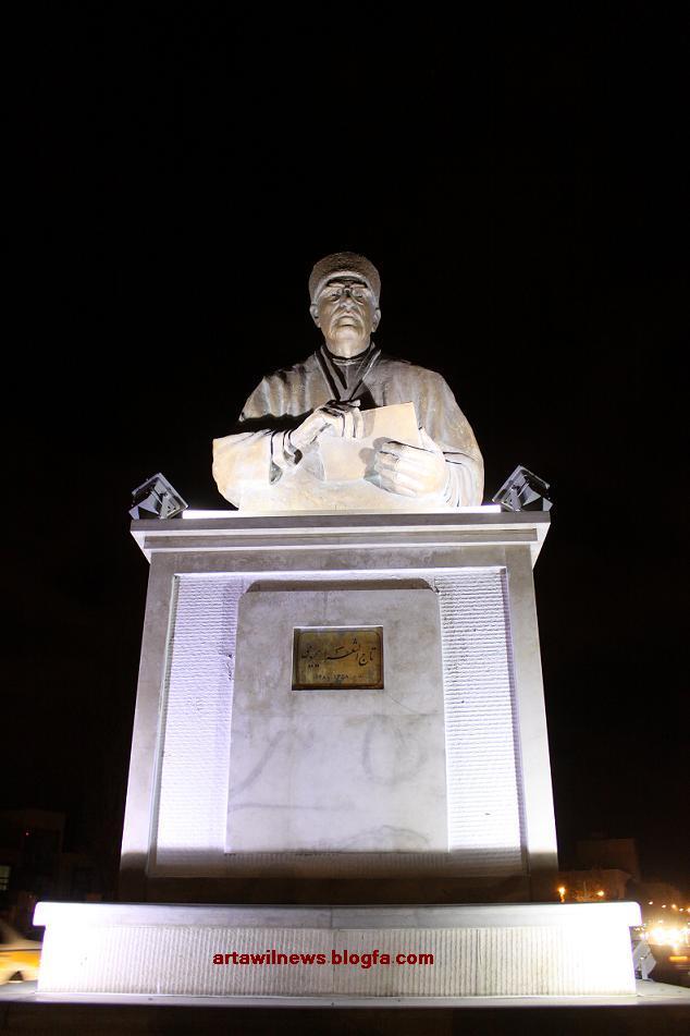 طراحی و اجرای نورپردازی مجسمه تاج الشعراء یحیوی در اردبیل