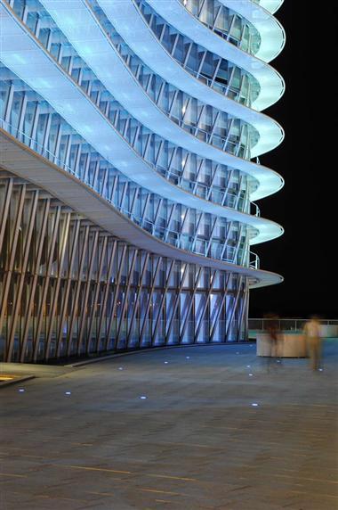 بهره وری از عناصر ساختمانی مدرن در نورپردازی،ساخمان برج آبی در اسپانیا (Water Tower)