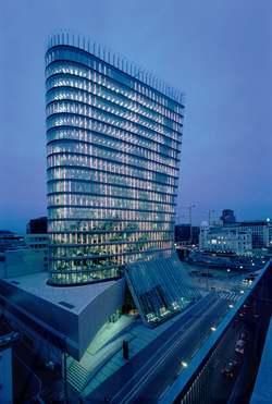 بهره وری از شیشه های یک  آسمان خراش در طراحی نورپردازی ساختمان برج uniqa