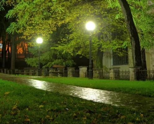 نورپردازی پیاده رو یک پارک در شب