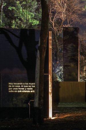 یادبود قربانیان خشونت در مگزیک-نورپردازی غیر مستقیم متن