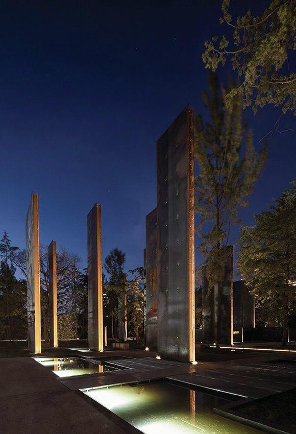 ستون های عمودی + حوضچه های منعکس کننده نور،یادبود قربانیان خشونت در مگزیک