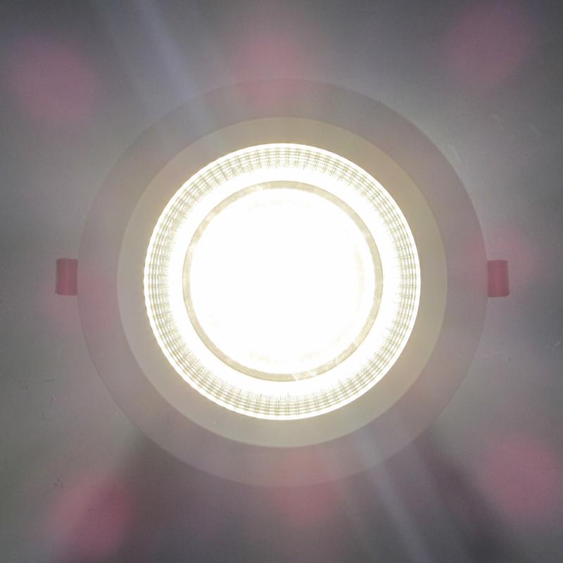 یک نمونه چراغ سی او بی COB روشن شده ، خیرگی مشهود است.