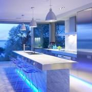 یک نورپردازی زیبا با نورهای مخفی طیف سرد در قسمت پایین میز اوپن و نورهای موضعی روشن کننده میزهای کار.