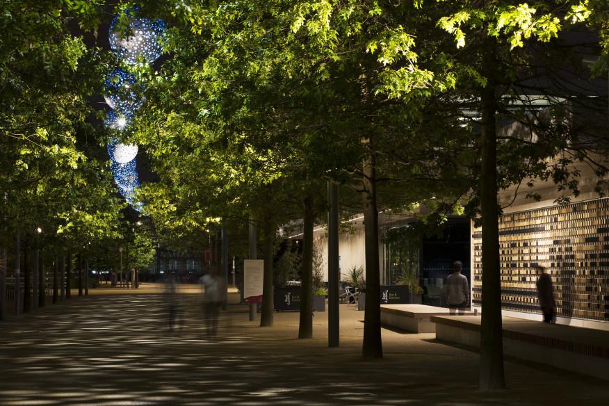 طراحی نورپردازی منتخب پارک المپیک ملکه الیزابت لندن کره های نورپردازی سبز رنگ