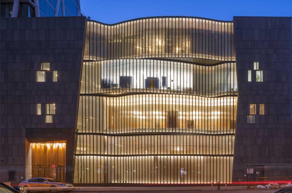 نورپردازی نمای بیرونی کنیسه میدان لینکولن-پنج روبان-نماد پنج دفتر تورات