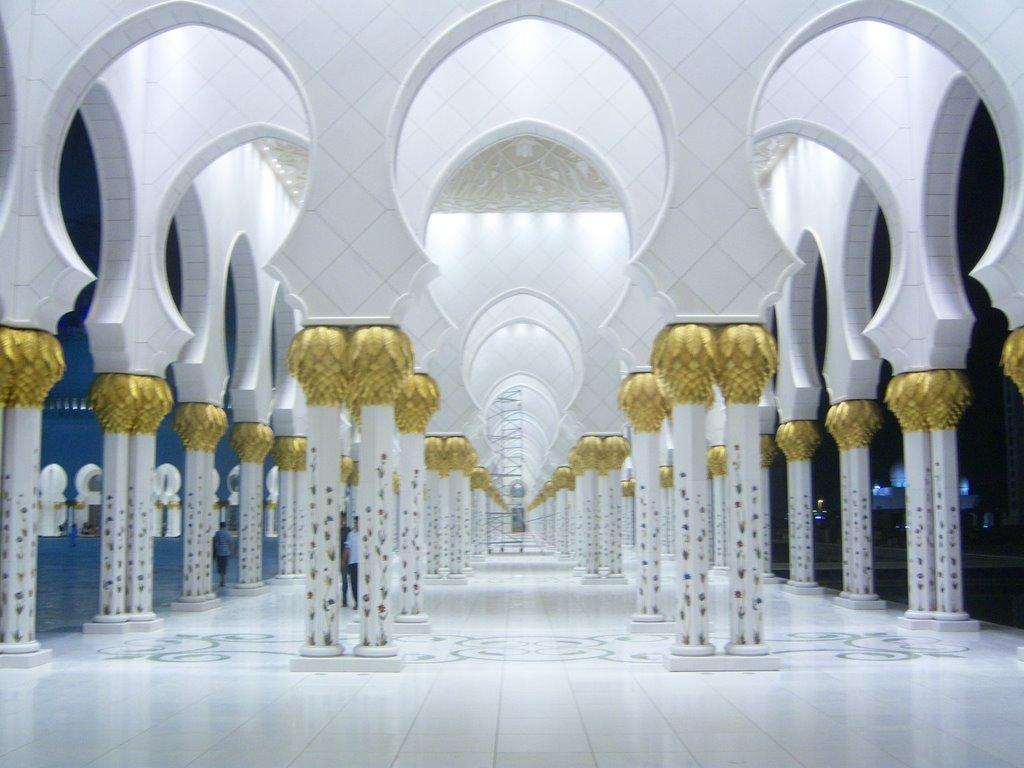 نورپردازی ستون های مسجد شیخ زاید - سر ستون های طلایی رنگ
