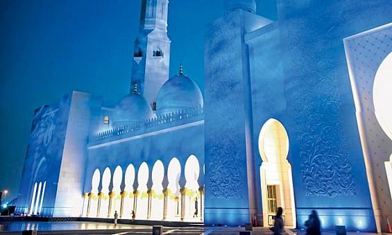 کنتراست بین نورپردازی آبی روشن بیرون و روشنایی گرم داخل مسجد شیخ زاید