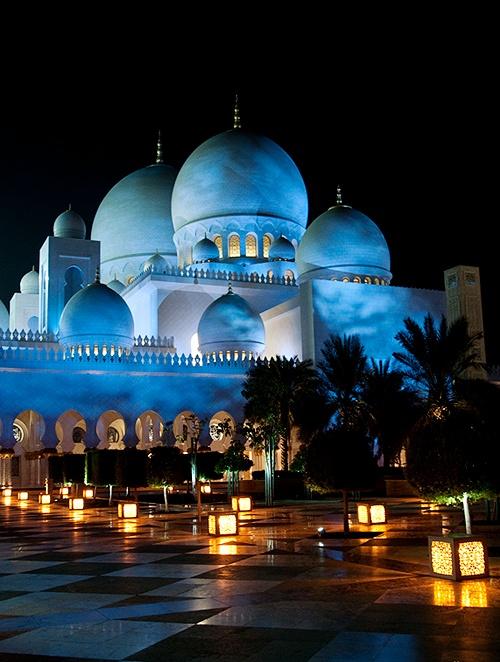 نورپردازی آبی روشن به شکل ابر بر روی مسجد شیخ زاید