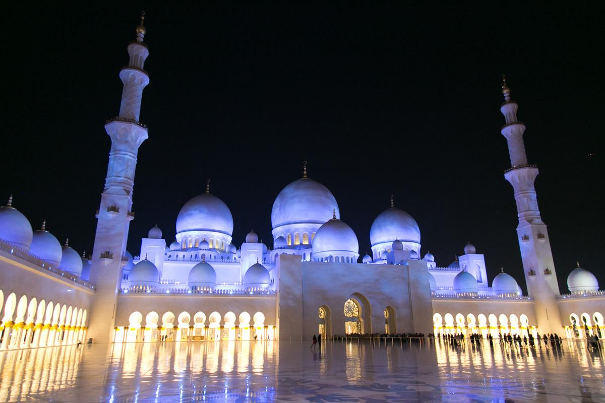 نورپردازی منتخب مسجد شیخ زاید ابوظبی-نورپردازی آبی روشن در زمان ماه نیمه کامل