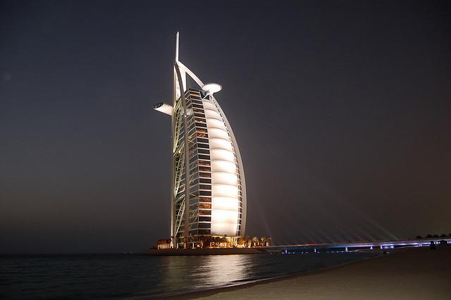 طراحی و اجرای نورپردازی برج العرب ، دوبی، توسط شرکت طراحی نورپردازی Speirs+Major