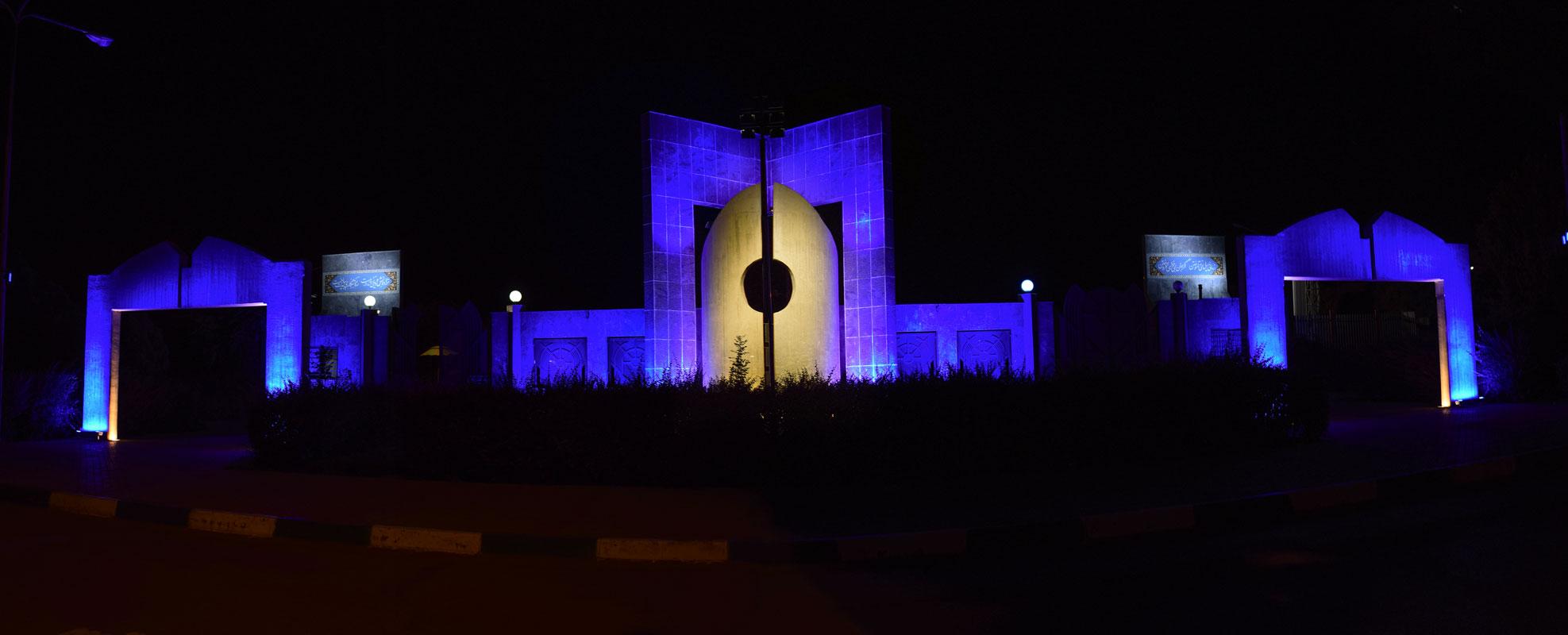 یک نما از نورپردازی اجرا شده سردر ورودی دانشگاه فردوسی مشهد