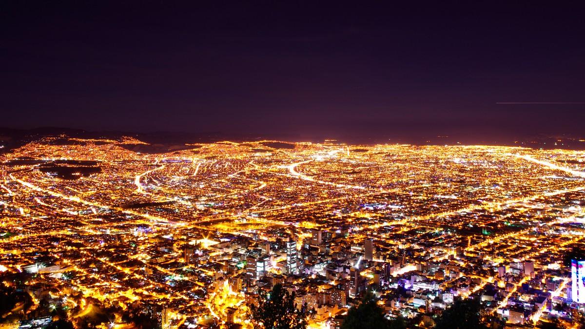 آلودگی نوری-نمایی از یک شهر که با نورهای مصنوعی انباشته شده است.
