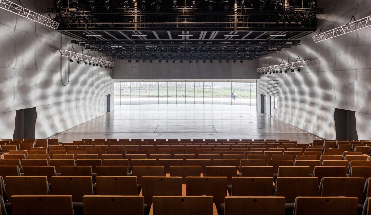امواج درخشان نور بر روی دیواره ها-طراحی نورپردازی داخلی خانه اپرای هاربین