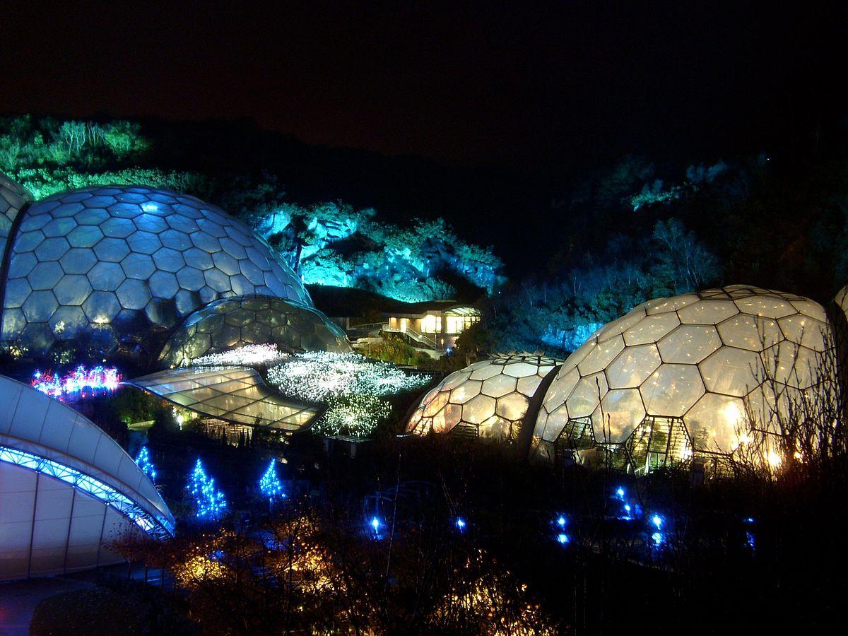 لنداسکیپ در فضای سبز با گنبد های نوری