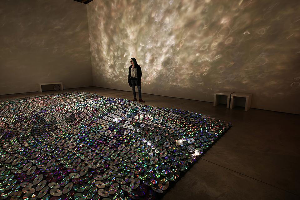 نورپردازی در محیط داخلی با CD های مستعمل