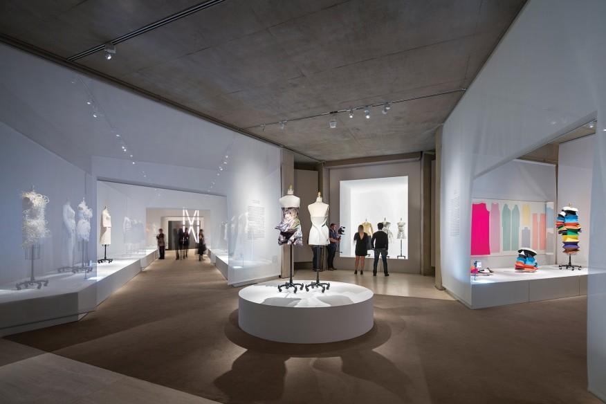 نورپردازی نمایشگاه-Albert Vecerka/Esto نورپردازی لباس در طبقع پایین
