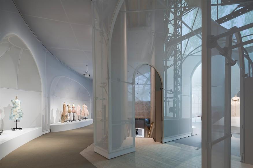نورپردازی نمایشگاه-Albert Vecerka/Estoنورپردازی گالری پیرامونی طبقه بالا، با نمایی به سمت ساختمان پیله