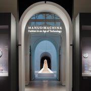 """نورپردازی نمایشگاه بهارانه مرکز علمی تحقیقاتی جامه هنر """"Art's Costume Institute"""" در """"موزه کلان شهری هنر"""" (Metropolitan Museum of Art)"""